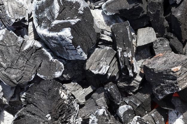 Потухший черный уголь в огне
