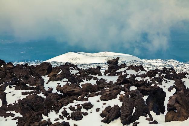 Потухший кратер вулкана этна