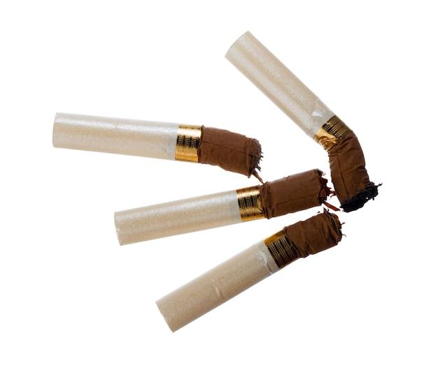 白い背景で隔離の消火タバコのお尻をクローズアップ