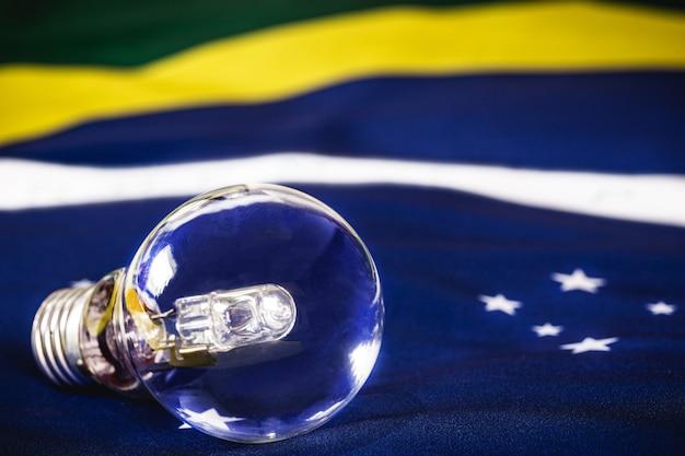 ブラジルの国旗の上の消えた電球、ブラジルのエネルギー危機の概念、停電のリスク