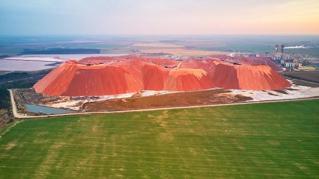 採掘カリウムマグネシウム塩ミネラルの抽出大型ショベル機械廃鉱石の山ベラルーシソリゴルスクベラルーシ肥料産業プラントダンプの人工丘