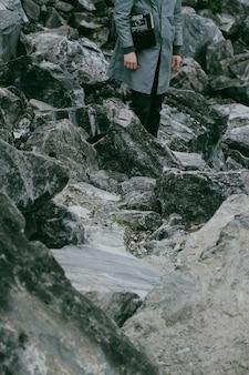 カレリアの青い大理石の抽出。大理石の採掘現場に、ビンテージカメラを持った男性が立っています。