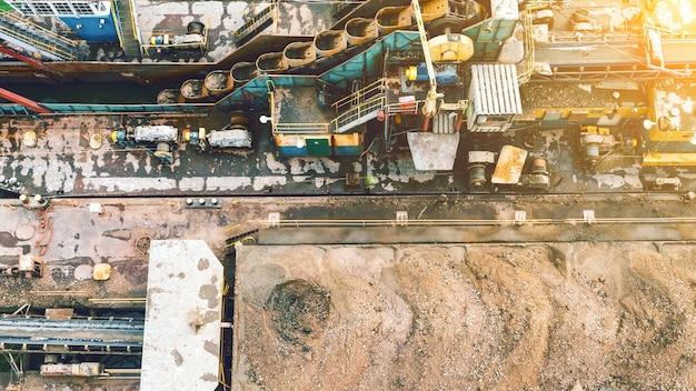 금광석 채굴. 토양을 씻고 체질합니다. 무거운 생산, 산업. 위에서 보기