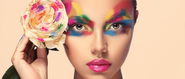 魅力的な顔の贅沢なマルチカラーメイク異なる色でシェーディングされた女性の顔