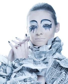 ドレス ペーパー ニュースを持つ贅沢な女性。クリエイティブな顔、ダークサイド。