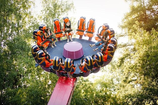 Экстремальный аттракцион - крутящаяся карусель в парке развлечений летом в городе