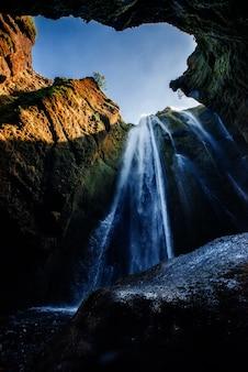 Чрезвычайно красивый водопад gljufrafoss, спрятанный в ущелье в ic