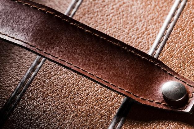 男性の財布のための極端なクローズアップ茶色の革