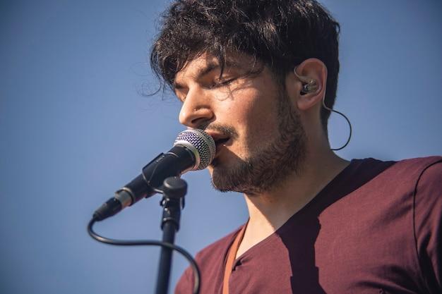 ライブコンサート中にマイクで歌手の極端なクローズアップ
