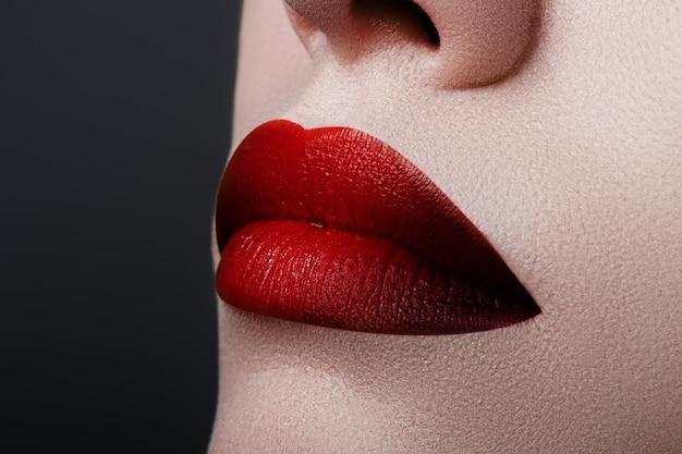 익스트림 클로즈업 모델에 진한 빨간색 립스틱