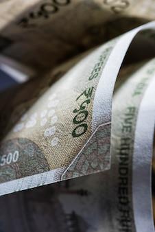 Чрезвычайный крупный план новых индийских бумажных банкнот в абстрактной форме или образце. выборочный фокус