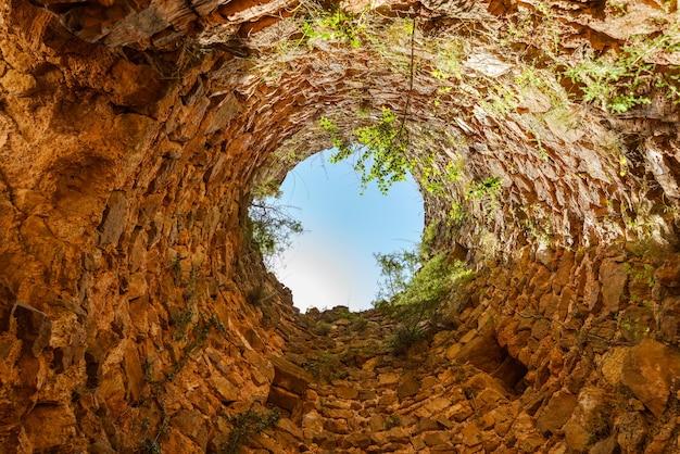 スペイン、カステリョン城の台無しにされたキープタワー内の極端なローアングルビュー
