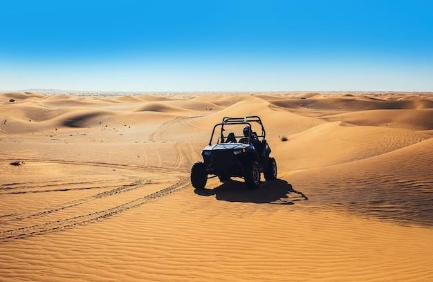 두바이 사막 사파리 투어의 모래 언덕에서 익스트림 라이딩 쿼드 버기 바이크