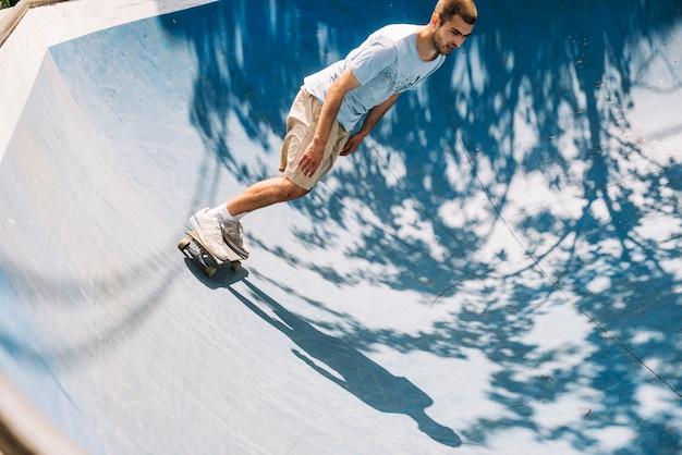 Skateboarder estremo sulla rampa