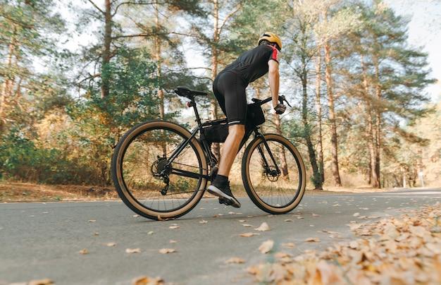 익스트림 스포츠맨이 숲에서 자전거를 타는 장관