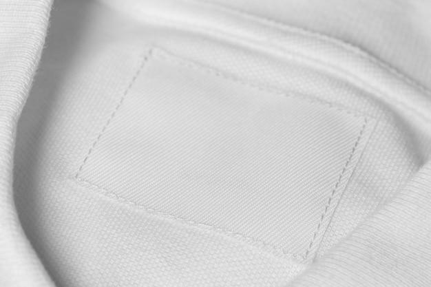 의류 태그와 함께 매우 근접 흰색 복장