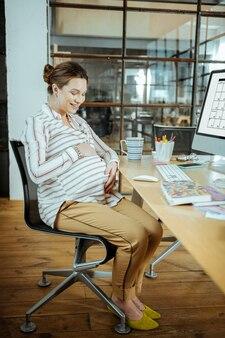 Очень взволнован. беременная красивая женщина чувствует себя чрезвычайно взволнованной перед родами