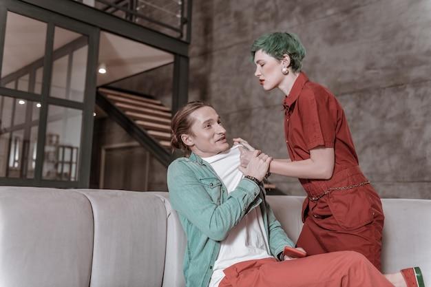 非常に激怒。赤いドレスを着た緑髪の妻が嫉妬しながらも激怒