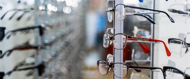 상점에서 안경입니다. 안경점. 안경점에서 안경을 쓰고 서십시오.