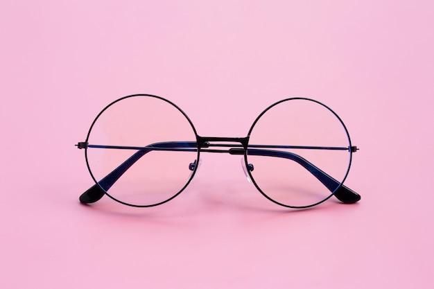 ピンクの背景に眼鏡。コピースペース