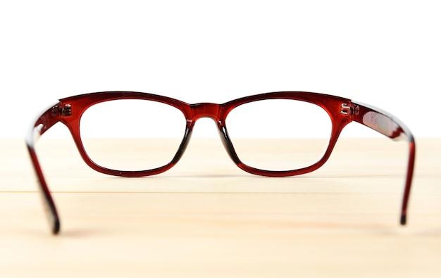 Глазные очки на столе на белом фоне
