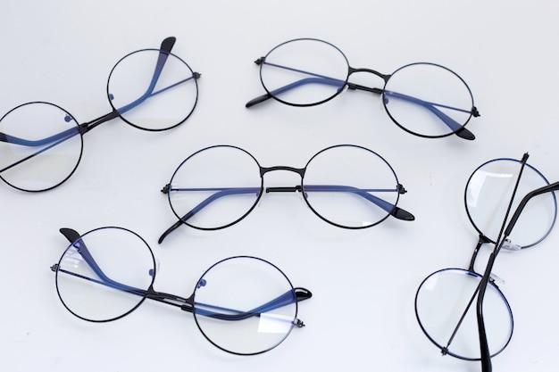 白い背景の上の眼鏡。コピースペース