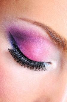 Макияж глаз яркими цветами saturetad - макросъемка