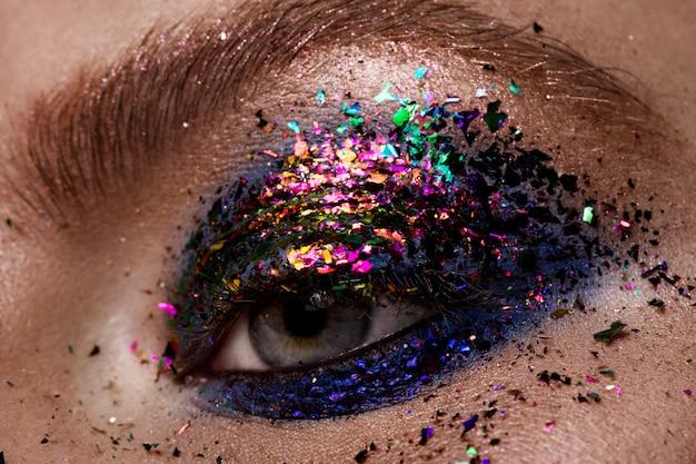 아이 메이크업. 아름다운 눈 반짝이 메이크업.
