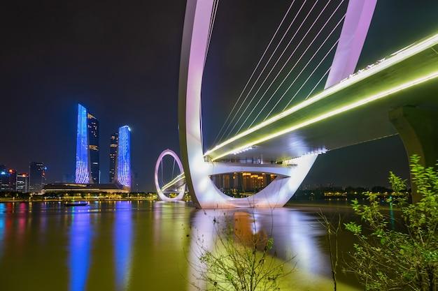中国、南京、建ギョウ区の南京歩行者橋と都市のスカイラインの目