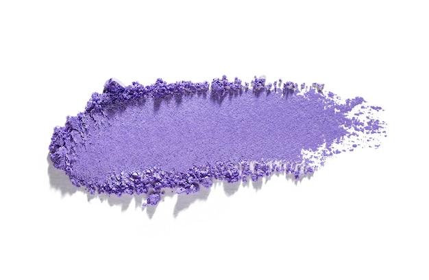 Мерцающая матовая фиолетовая текстура теней для век, изолированные на белом фоне