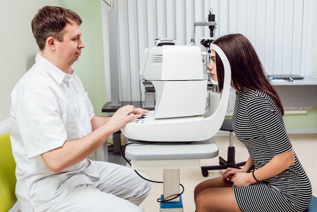 眼の眼圧測定。非接触眼圧計。