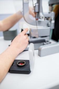 クリニックや病院での眼科治療と医師のコビッドタイム