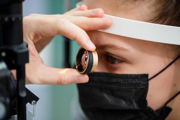 Лечение глаз в клинике или больнице с доктором covid time
