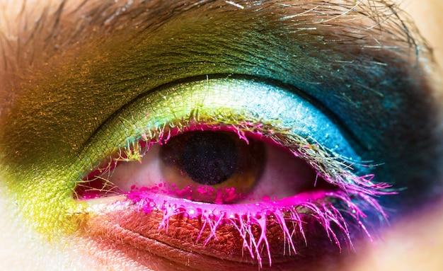 Глаз с красочной неоновой краской модный макияж