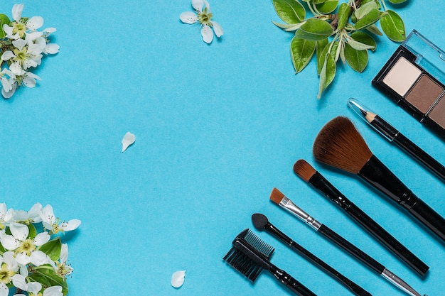아름다운 흰색 꽃과 파란색 배경에 설정 눈썹 스타일링
