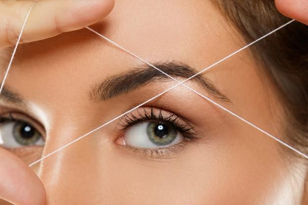 眉のスレッディング-眉の形状を修正するための脱毛手順