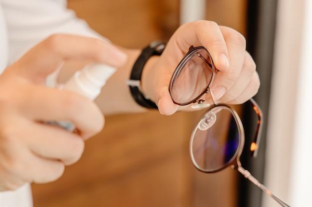 眼鏡クリーナー、クリアビジョンのためのハンドスプレークリーニンググラス、汗の染み、油性の染み、指紋を取り除きます。