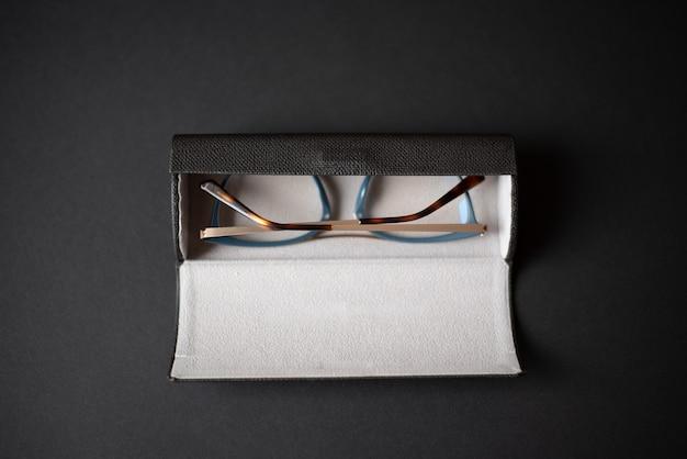 暗い背景に眼鏡と保護ケース