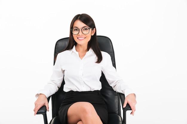 Портрет счастливой азиатской коммерсантки в eyeglasses