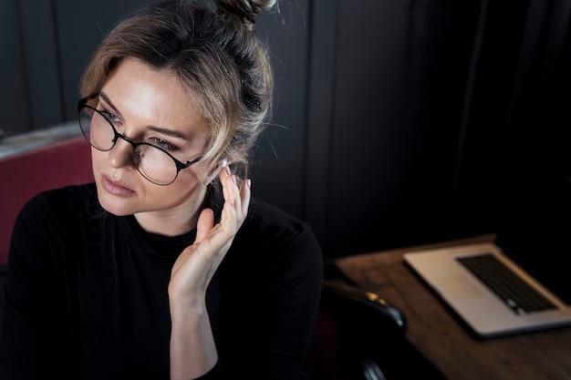 Конец-вверх уверенно успешная женщина с eyeglasses
