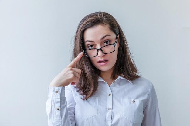 Женщина брюнет красотки просто портрета молодая сь в eyeglasses изолированных на белизне