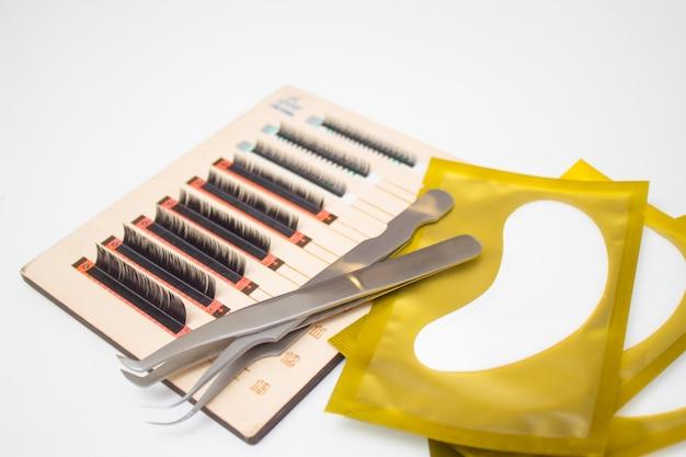 Процедура наращивания ресниц. инструменты для наращивания ресниц. клей, пинцет.