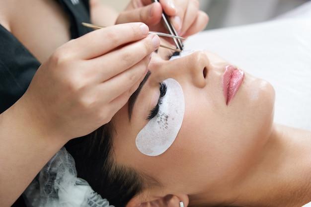 Процедура наращивания ресниц пинцетом в салоне красоты