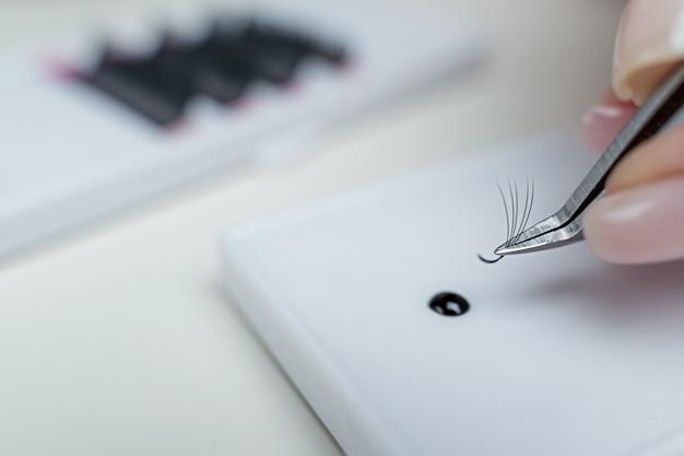 속눈썹 연장 인조 속눈썹을 위한 흰색 배경 액세서리에 있는 속눈썹 연장 도구