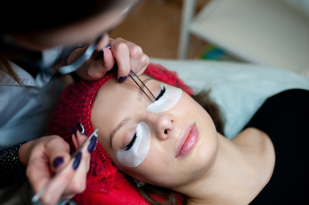 Eyelash extensions in the beauty studio.