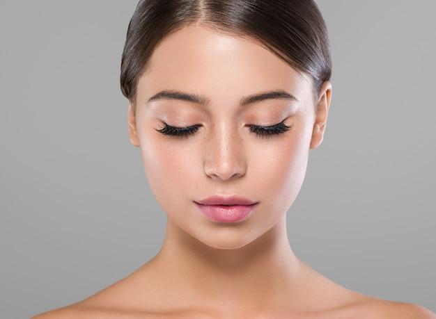 Глаза ресницы лицо женщины крупным планом естественный составляют здоровую кожу. студийный снимок.