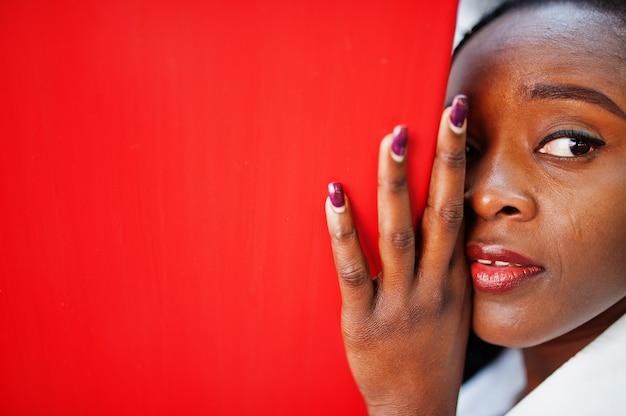 アフロヘアーを持つ美しい自然の若いアフリカの女性の目。