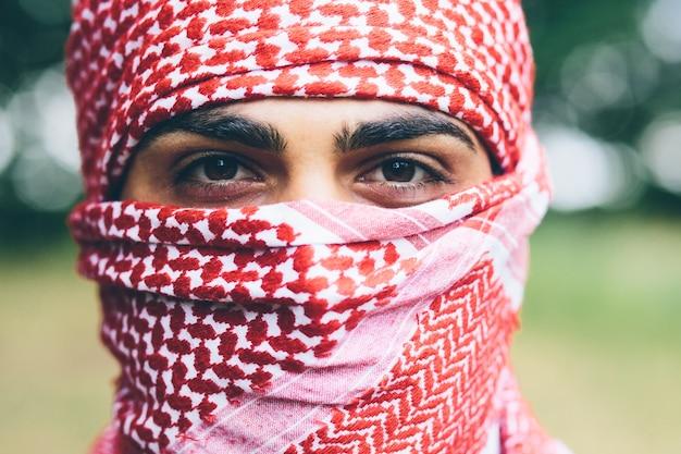 赤いアラファトカの男の目