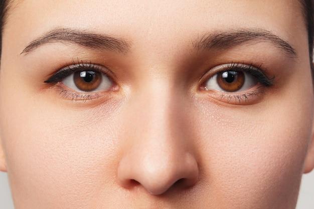 目の女性のクローズアップ顔