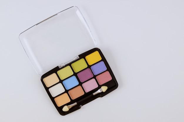 多色化粧品のアイシャドウパレット